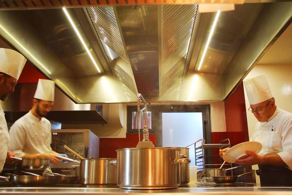 In cucina si lavora e si preparano le nostre bontà