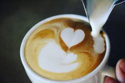 Il cappuccino con schiuma cremosa e saporita