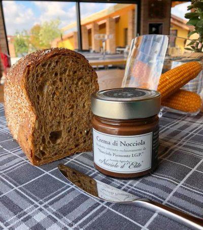 Crema di nocciola artigianale e pane fresco