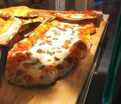 La nostra croccante pizza nella Bottega